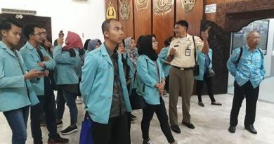 Kunjungan Praktek Kuliah Lapangan Mahasiswa UNS di Pusjarah TNI